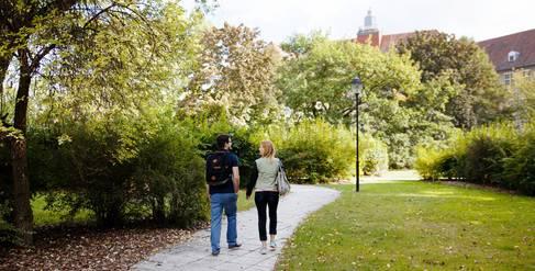 Zwei Studierende auf dem Campus Treskowallee