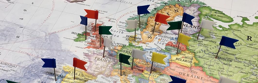 Weltkarte mit Fähnchen markiert