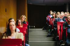 Tagungsteilnehmerinnen und -teilnehmer auf dem Campus Wilhelminenhof