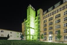 Das grün erleuchtete Gebäude C auf dem Campus Wilhelminenhof