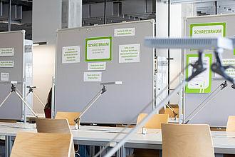Bbliothek am Wilhelminenhofcampus mit Stellwänden