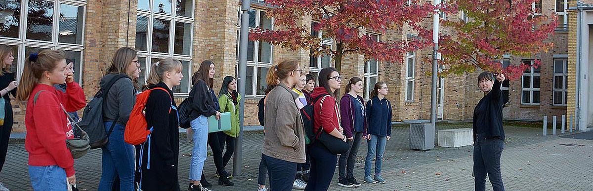 HTW-TIENS mit einer Gruppe von Studieninteressentinnen © HTW Berlin/Sabine Bretz