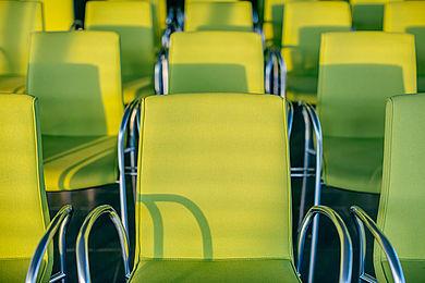 Stühle in HTW-Grün in einem Veranstaltungsraum der HTW Berlin © HTW Berlin/Alexander Rentsc