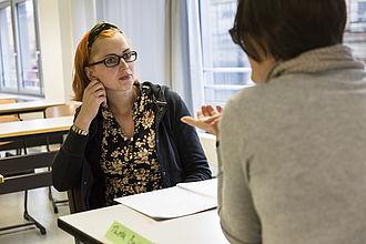 Eine Schreibberaterin im Gespräch mit einer Studentin