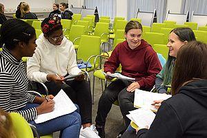 """Schülerinnen bei dem TIENS-Angebot """"Ein Blick aufs Studium"""" © HTW Berlin/Sabine Bretz"""