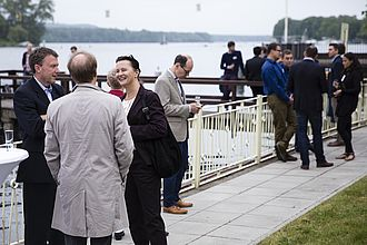 Lockere Gespräche am Ufer an der Dahme
