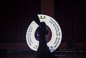 Eine Frau auf der Bühne beim Netzwerktreffen bei BERBUS l A in Grünau 2016