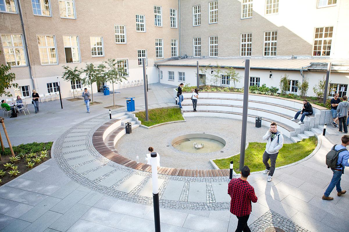 Studierende im Innenhof Campus Treskowallee