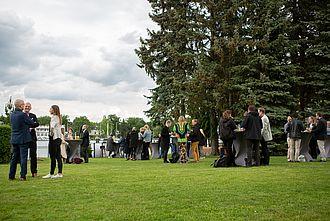 Besucher der Veranstaltung im Freien beim Netzwerktreffen 2019