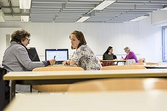 Schreibberaterinnen im Gespräch mit Studierenden