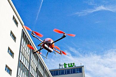 Quadrokopter, im Hintergrund Gebäude G auf dem Campus Wilhelminenhof © HTW Berlin/Friederike Coenen