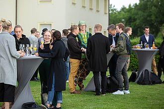 Teilnehmende der Veranstaltung Netzwerktreffen 2019 an Stehtischen