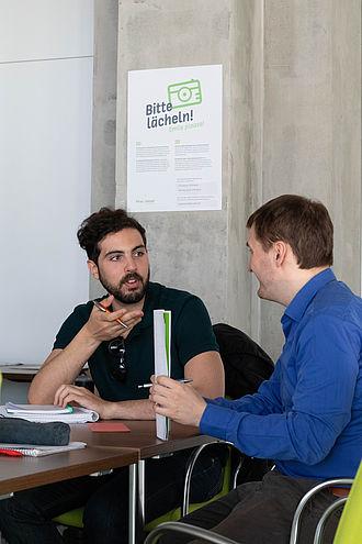 Zwei Studenten im Gespräch