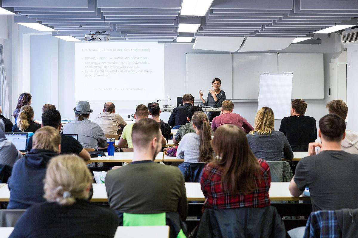 Studieninteressierte sitzen im Kursraum und hören zu © HTW Berlin