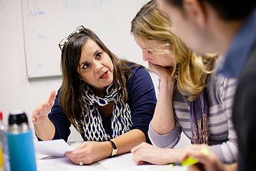 Lerngruppe bespricht sich