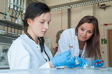 """Forscherinnen bei der Untersuchung von Konstruktionsmaterialien auf ihr mögliches Schädigungspotential im Laborkomplex """"Konservierung und Restaurierung"""" © HTW Berlin/Christoph Eckelt"""