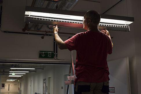 Hausmeister bei Reparaturarbeiten