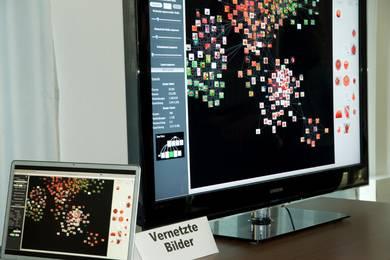 """Zwei Bildschirme zeigen vernetzte Bilder aus einem Kooperationsprojekt """"pixolu - Ein kollaboratives Bildsuchsystem zum Finden visuell und semantisch ähnlicher Bilder"""" © HTW Berlin/Andrea Jaschinski"""