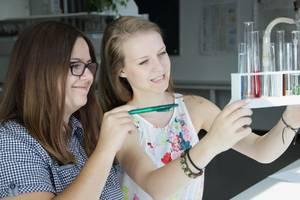 Zwei junge Frauen beim Experimentieren