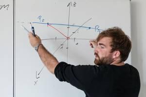 Tutor erklärt eine mathematische Formel am Whiteboard