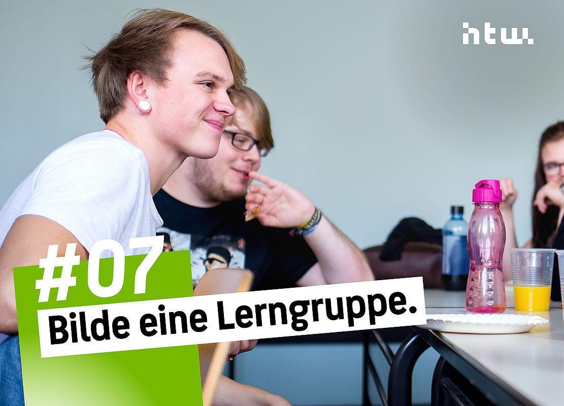 Studierende sitzem an einem Gruppentisch