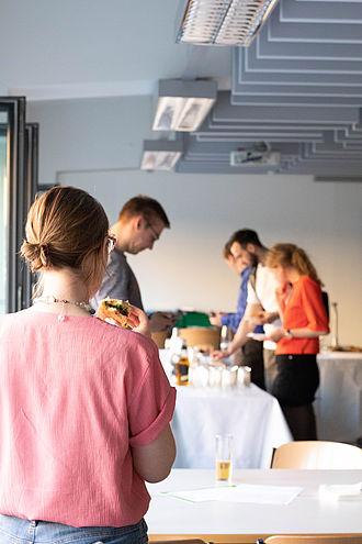Teilnehmende essen am Buffet
