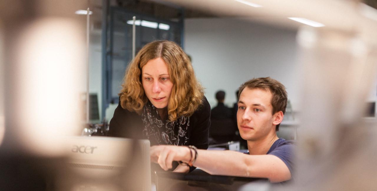 Studentin und Student vor einem Rechner