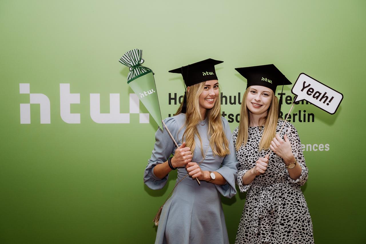 Zwei Absolventinnen der HTW Berlin