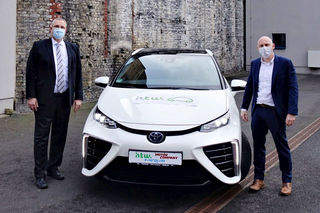 Toyota Miral, links Markus Bäthe von der Motor Company, rechts Christopher Severin