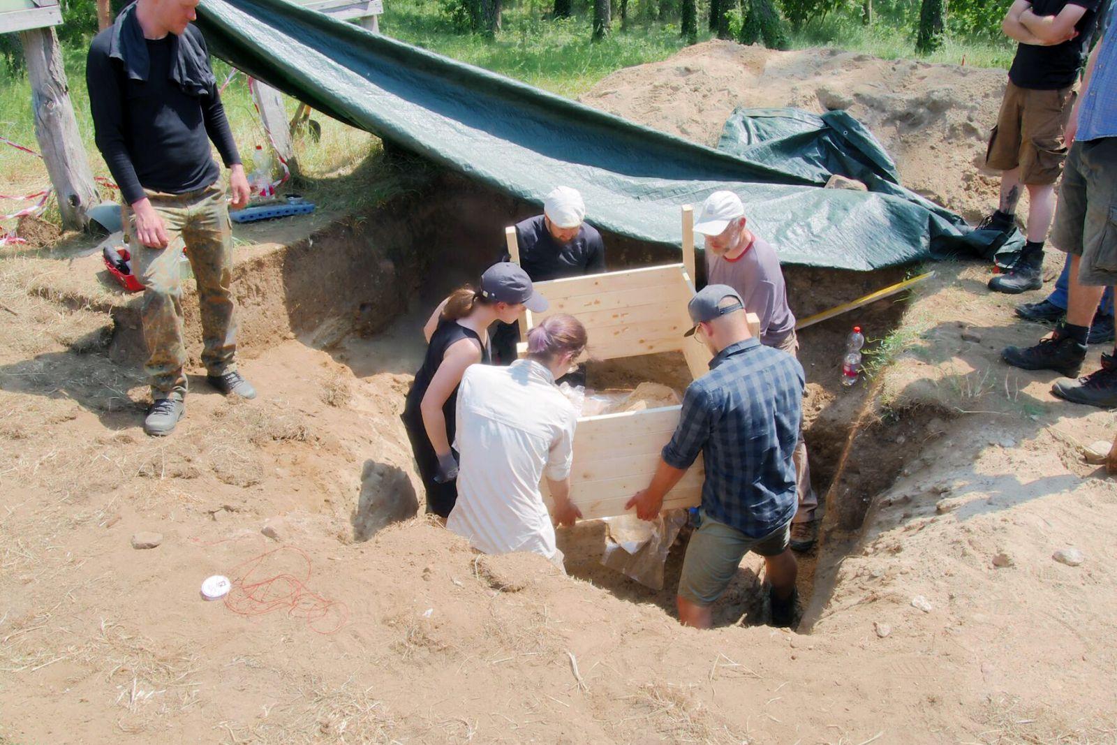 HTW-Studierende bei der Freilegung des Grabs. © C. Krauskopf BLDM