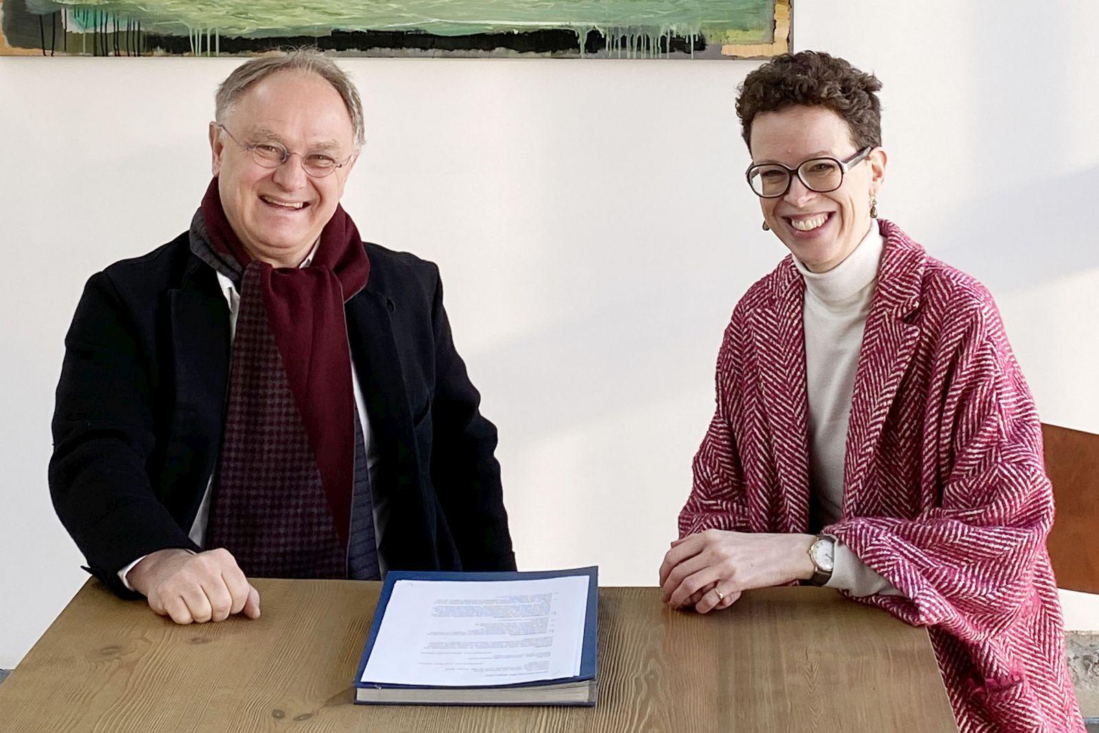 Sven Herrmann und Stefanie Molthagen-Schnöring bei der Unterzeichnung des Kooperationsvertrages