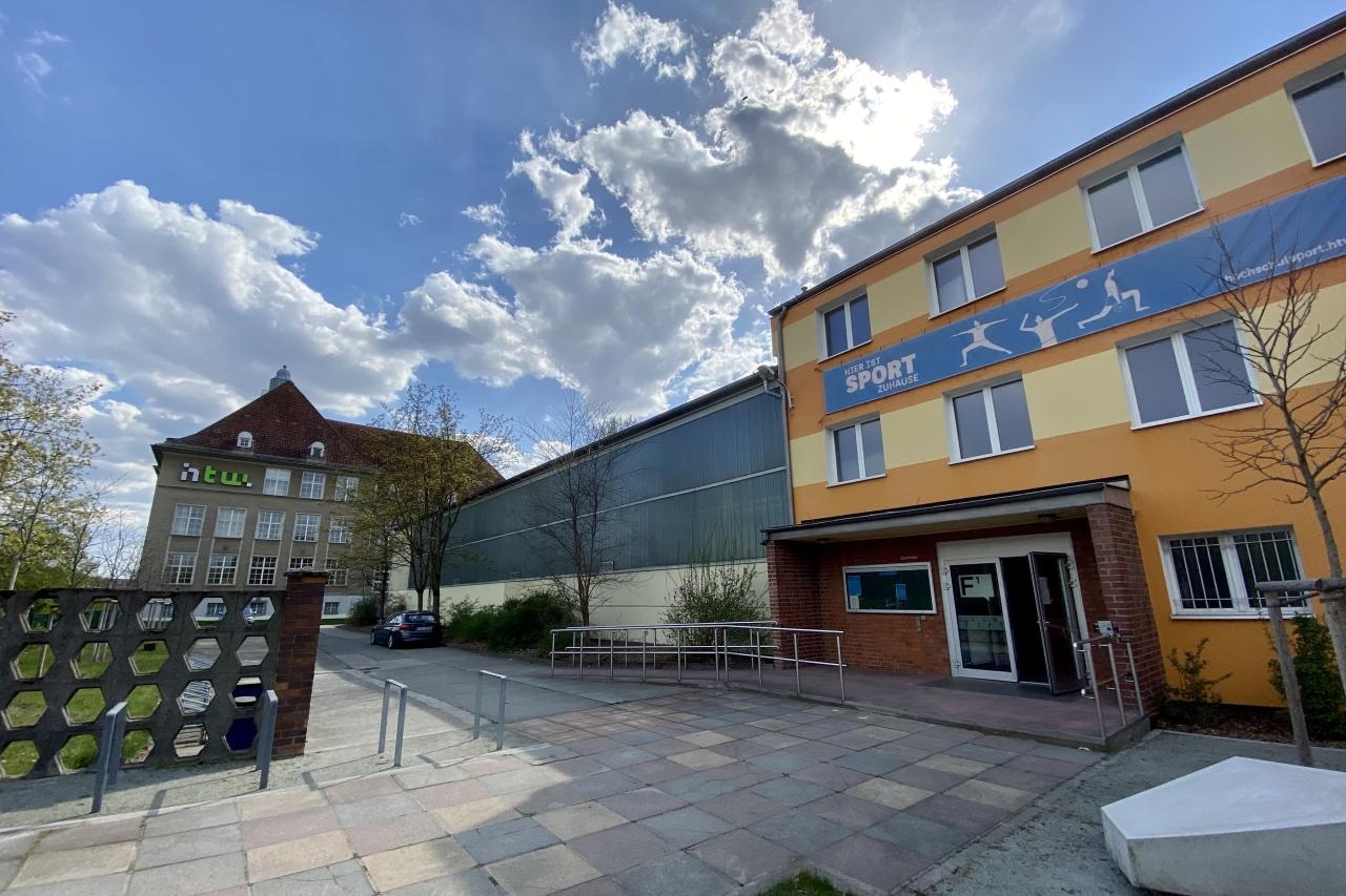 Testzentrum in der Sporthalle auf dem Campus Treskowallee