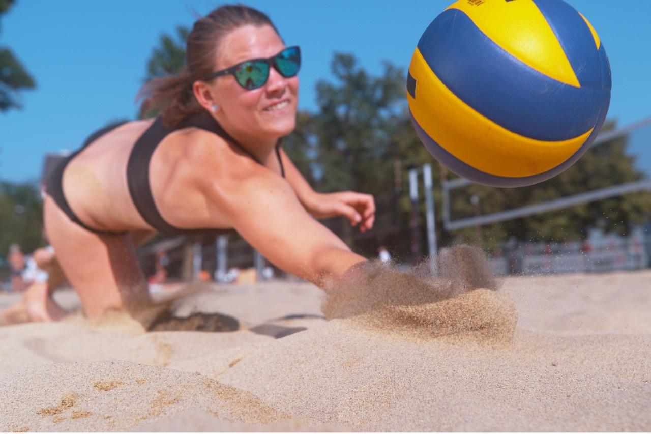 Frau beim Beachvolleyball