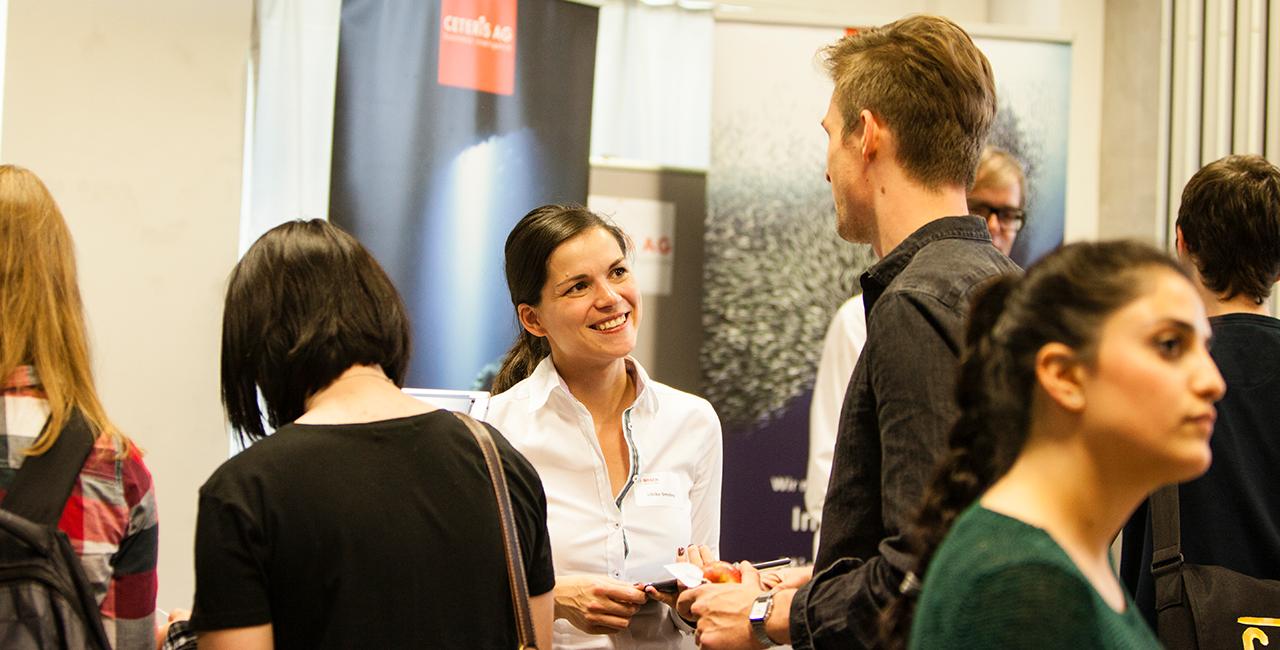 Zwei Menschen im Gespräch auf einer Karrieremesse an der HTW Berlin