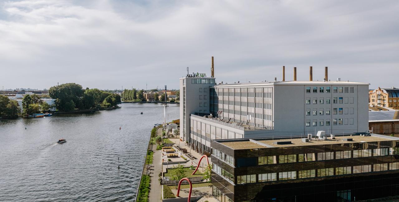 Ein Blick auf das Gebäude G an der Spree am Campus Wilhelminenhof