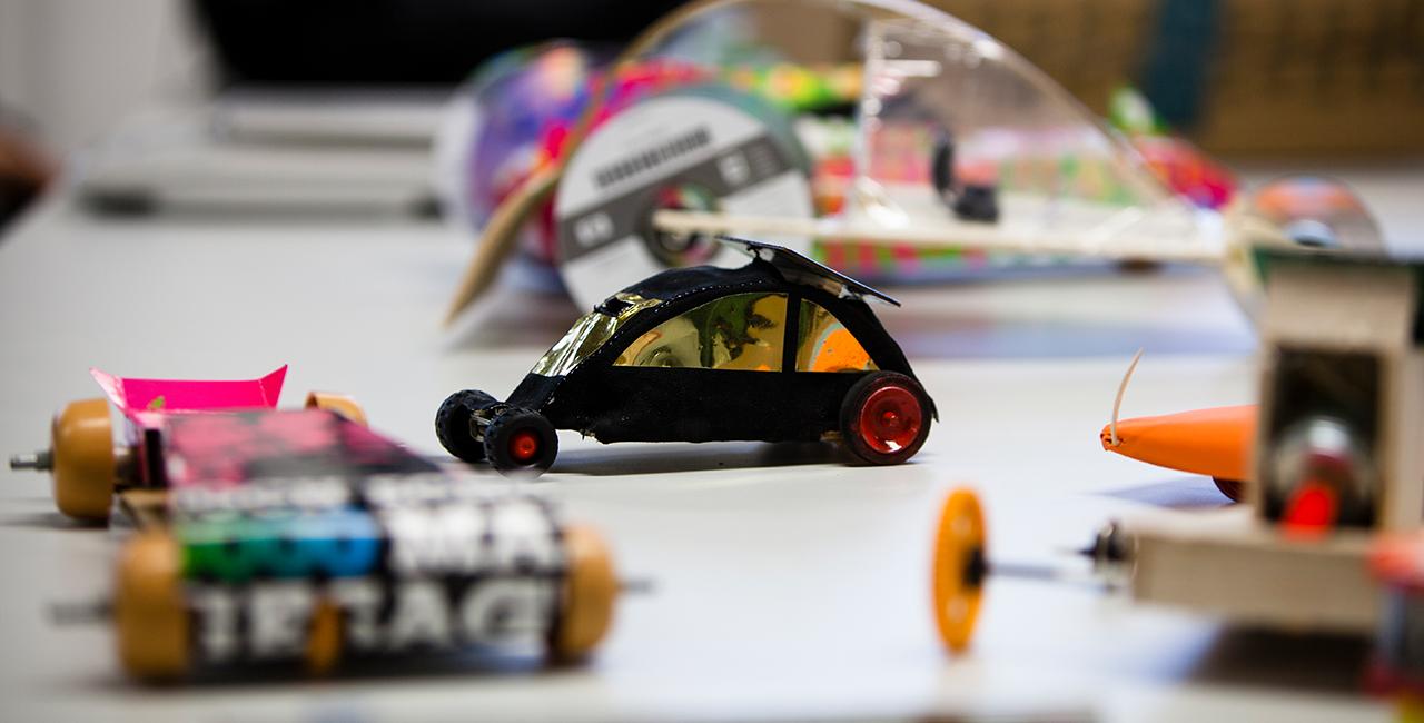 Von Studierenden entwickelte, mit Solarzellen betriebene Modellautos