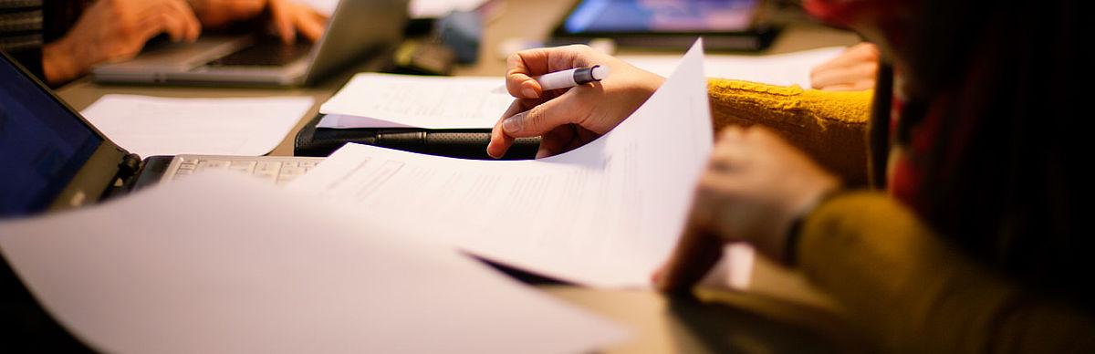 Hand mit Stift und Blatt