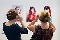 Zwei Frauen gucken sich Bilder mit 3D-Brillen an