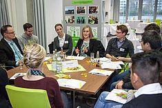 Gesprächsrunde mit Studierenden und Unternehmensvertretern