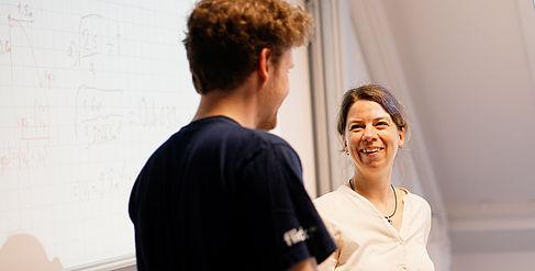 Professorin im Gespräch mit einem Studenten