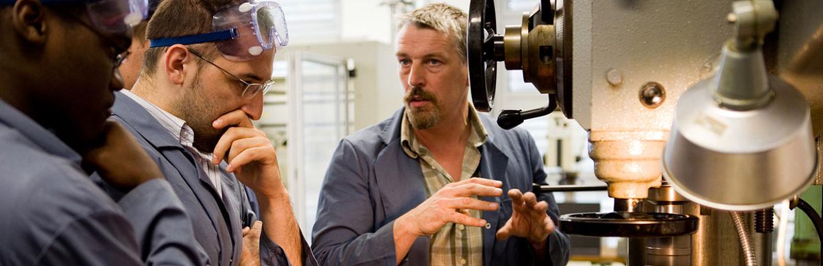 """Ein Laboringenieur erklärt die Radialbohrmaschine im Laborkomplex """"Fertigungstechnik"""""""