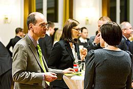 Gespräche an Stehtischen bei der Stipendienfeier 2012