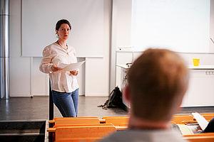 Professorin während einer Lehrveranstaltung
