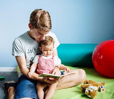Vater mit Tochter im Familienzimmer auf dem Campus Wilhelminenhof