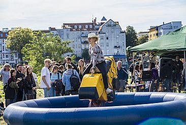 Studentin auf Rodeo-Ente