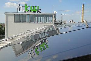 Eine Photovoltaikanlage auf dem Dach der HTW Berlin