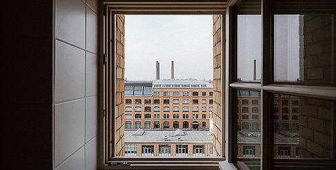 Offenes Fenster mit Blick auf den Campus Wilhelminenhof
