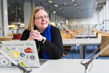 Debora Weber-Wulff in der Bibliothek