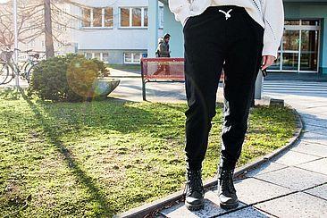 Frau in Jogginghose auf dem Campus Treskowallee