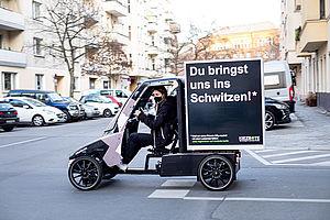 Der Kiezbote fährt umweltfreundlich mit dem Lastenfahrrad